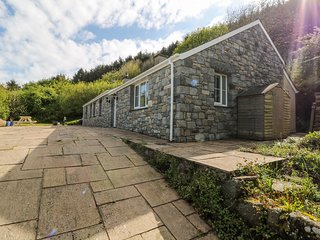 TY CANOL, countryside views, en-suite, pet-friendly, Ref 981704