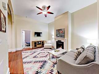 Historic 2BR in Victorian District - 2 Blocks to Forsyth Park!
