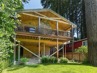Well-Appointed 2BR Log Cabin w/ Fabulous Deck on River – Newly Remodeled