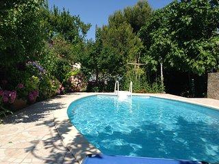 F.2 au 1er étage d'une villa avec piscine