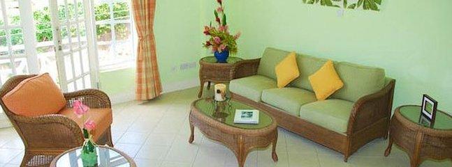 Cómoda y amplia sala de estar para una reunión íntima de amigos y familiares
