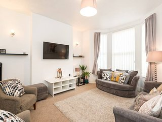 Cosy, Modern & Spacious House - just 10mins to Centre!
