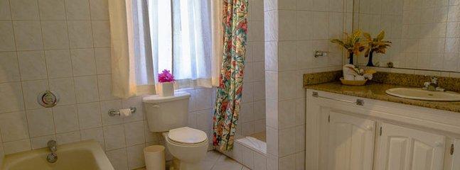 Baño en la habitación completo que ofrece bañera y ducha separadas