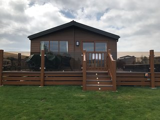 Hideaway 3-3 Bedrooms-LAKESIDE Lodge-Hot Tub-Private Fishing-lockable decking