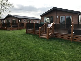 Hideaway 2, 8 berth, 2 shower room, LAKESIDE Luxury, Hot Tub, Private Fishing!