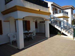 Apartamento planta baja con patio y vista a piscina