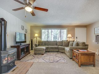 NEW LISTING! Comfy house w/private hot tub, pool & fireplace - free SHARC passes