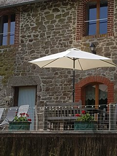 CLOSE TO CHATEAU LA MOTTE HUSSON, English host . Beautifully renovated gite