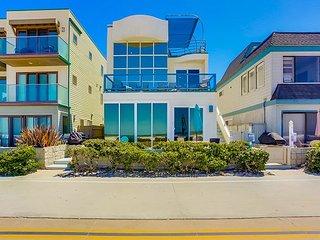 Stunning oceanfront penthouse- glass living room, multiple decks, jacuzzi tub