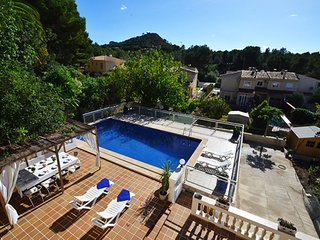 Villa Dragos next to the sandy beach and promenade of Santa Ponsa