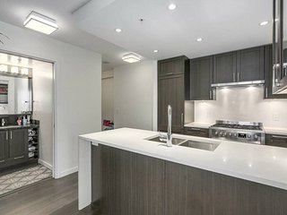 Brand new quiet 3 bdrs near sky train and malls