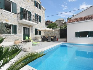 4 bedroom Villa in Makarska, Splitsko-Dalmatinska Zupanija, Croatia : ref 562542