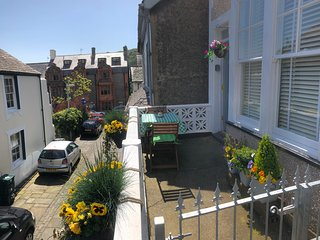Downtown Cottage, in the heart of town. SHORT BREAKS AVAILABLE. PLEASE ENQUIRE.