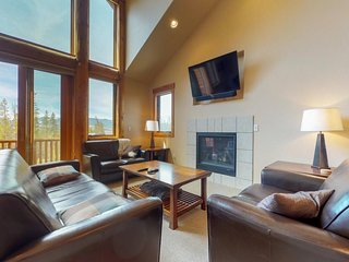 NEW LISTING! Mountain home w/private hot tub & big deck-7 miles to skiing