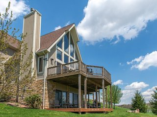 NEW LISTING! Large chalet w/hot tub, jetted tub, tennis, & golf - dogs OK