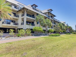 NEW LISTING! Cozy condo w/shared pool & hot tub, gulf views, easy beach access