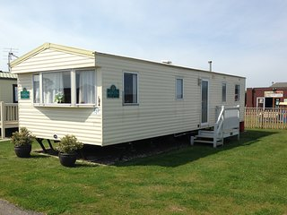 L84 -Spacious modern 3 bedroom caravan sleeps 6/8 persons .Pets welcome.