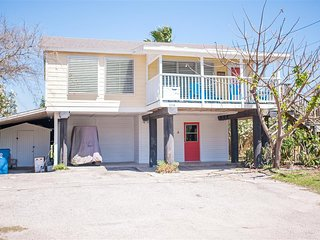 Beach Bungalow! Cute 3 bedrm home in Port Aransas with covered front porch!