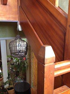 L'escalier et la cage libérée de ses oiseaux