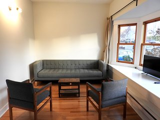 Main Floor Suite on The Drive - 4 min to Skytrain