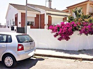Preciosa Casa Costera en Pineda de Mar con gran y floreada terraza