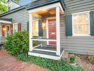 Stay Local in Savannah: Historic Cottage with Private Courtyard, 2 Parking!