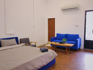 R4 - Heart of City Private A/C Room + Balcony