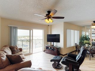 Comfy, modern condo w/ shared pool & ocean views - steps from the beach!