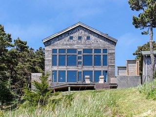 High-end oceanfront house w/ marvelous views - cliffside location!