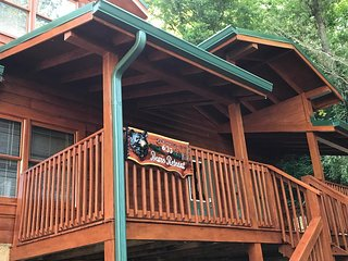 Bears Retreat Cabin - A Luxurious 2 Bedroom Cabin NEW!!!
