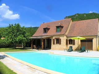 COMBEJOLIE: LOVELY STONE COTTAGE WITH PRIVATE POOL & GATED GARDEN CLOSE SARLAT