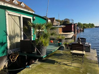 Beautiful Houseboat in exquisite location available for Holiday Lets