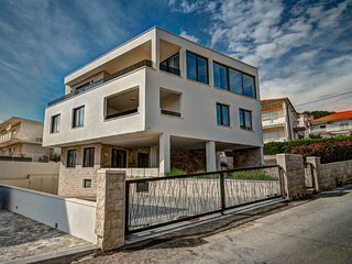 Trogir Holiday Home Sleeps 14 with Pool Air Con and Free WiFi - 5626456