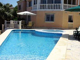 Apto. Hortensia - planta baja con piscina privada