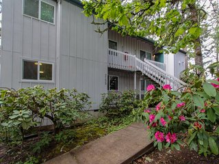 Renovated condo in a quiet wooded setting w/ deck & clubhouse