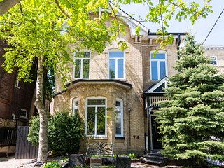 Easyhosts. Unique Victorian House in the Heart of the City
