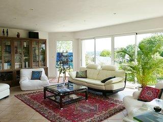L'Ensouleiado, maison contemporaine avec de larges baies donnant sur la terrasse