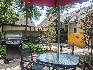 4 Blocks to Forsyth Park! 2BR Victorian Townhouse w/ Courtyard
