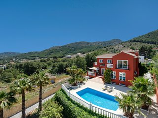 Amazing villa with pool and gym for up to 8 guests, 20 minutes from the beach