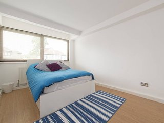 3 Double Bedrooms in a Spacious Modern Flat with Amenities