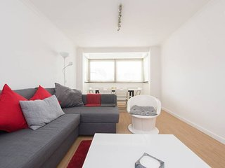 (B) Private Double Room in Spacious Modern Flat with Amenities