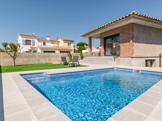 Modern villa with garden and swimming pool 500 meters from the beach