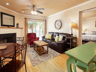 New Listing on Comal! Sleeps 6! Community pool and hot tub!