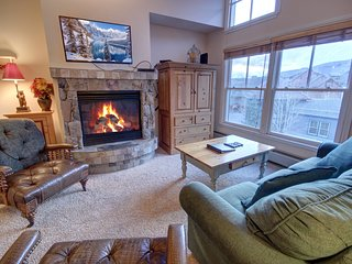 Jack Pine 8025 - Top Floor, King Bed, Walk to Slopes, FREE WIFI by SummitCove Lo