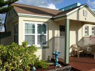 Charming studio cottage at Gulf Gardens Resort in Madeira Beach