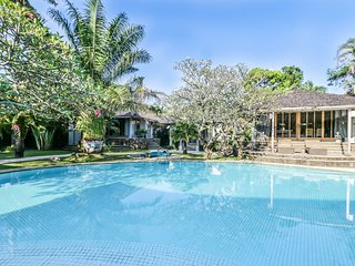 Maya, luxury ++ 3 Bedroom Villa, feature gardens and pool,by the beach, Seminyak