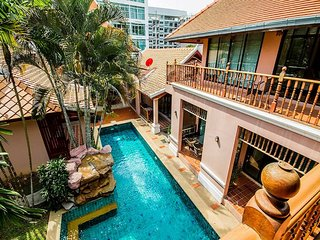 Pratumnak 10 Bedroom Villa sleeps 20 in Pattaya by HVT