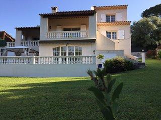 Studio en RDJ de villa dans un cadre de verdure avec terrasse ext. et parking