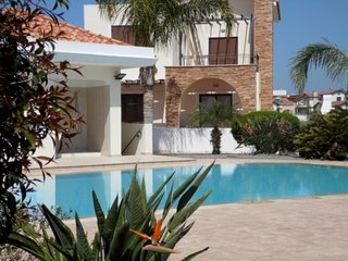 ALEXANDRA VILLA - 4 BED WITH SHARED POOL IN IDYLLIC AYIA THEKLA