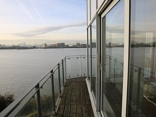 Stunning River Thames Panoramic views 2 bed apartment